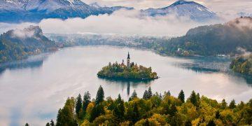 Hòn đảo tí hon nằm nổi giữa mặt hồ xinh đẹp ở Slovenia